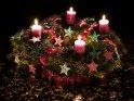 Extrem bunter Adventskranz mit glitzernden Sternen und vier brennenden Kerzen für den 4. Advent.    Dieses Kartenmotiv wurde am 16. Dezember 2016 neu in die Kategorie Adventskränze aufgenommen.