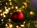 Rote Weihnachtskugel am Weihnachtsbaum