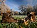 Zwei Stiefel zum Nikolaustag, von denen einer dreckig und ungefüllt ist.