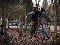 Küssendes Paar auf einer Schaukel    Dieses Motiv ist am 19.11.2018 neu in die Kategorie Pärchenfotos aufgenommen worden.