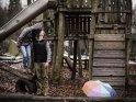 Küssendes Paar auf einem verregneten Spielplatz    Dieses Motiv ist am 21.01.2019 neu in die Kategorie Pärchenfotos aufgenommen worden.