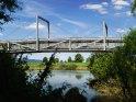 Fahrradbrücke am Weserradweg, der Vordergrund mit der Brücke befinden sich in Nordrhein-Westfalen, das Ufer im Hintergrund in Niedersachsen.