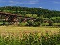 Eisenbahnbrücke über die Weser: Der Vordergrund des Bildes befindet sich in Nordrhein-Westfalen, das Ufer im Hintergrund in Niedersachsen.