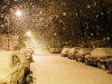 Verschneite Straße in Göttingen bei Nacht