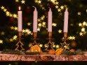 Adventsleuchter mit einer brennenden Kerze zum ersten Advent.    Dieses Kartenmotiv ist seit dem 26. November 2020 in der Kategorie Adventskränze.
